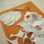 Die aus dünnem Stoff ausgeschnittenen Kreise werden in der erforderlichen Anzahl bereitgelegt. Eine spitze Pinzette kann zum Falten sehr hilfreich sein.