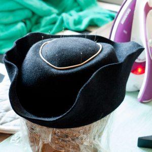 Neue Form für einen schwarzen Filzstumpen