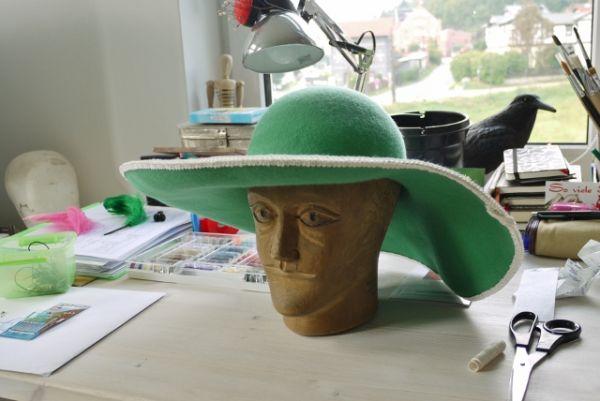 Schon eine einfache Borte um den grünen Filzhut macht etwas her