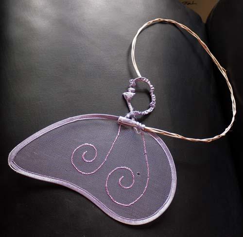 Aus kleinen rosa Flügeln werden riesige goldene Flügel