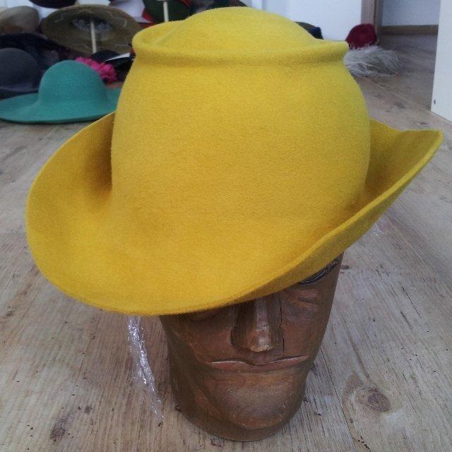 Nach dem Dämpfen und Formen lässt sich schon der neue Hut erahnen