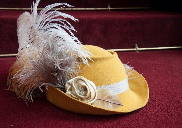So steht der Hut schon auf der Theatertreppe und hat sicher wieder große Bühnenauftritte