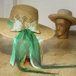 Eine grün changierende Seidenschleife von Hand genäht und schon ist der Hut viel schöner
