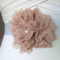 Brautgürtel mit Blume aus altrosafarbiger Spitze