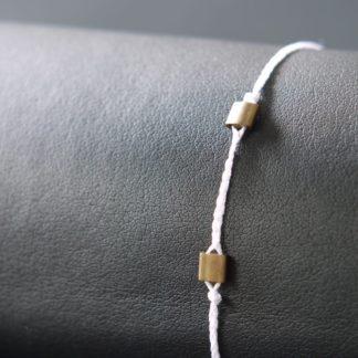 Armband weiß mit zwei Messingperlen