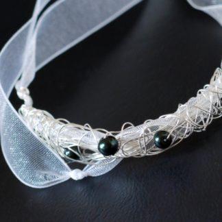 Armband mit smaragdfarbigen Perlen