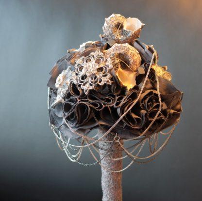 Dunkler Brautstrauß aus Baumwolle und Muscheln