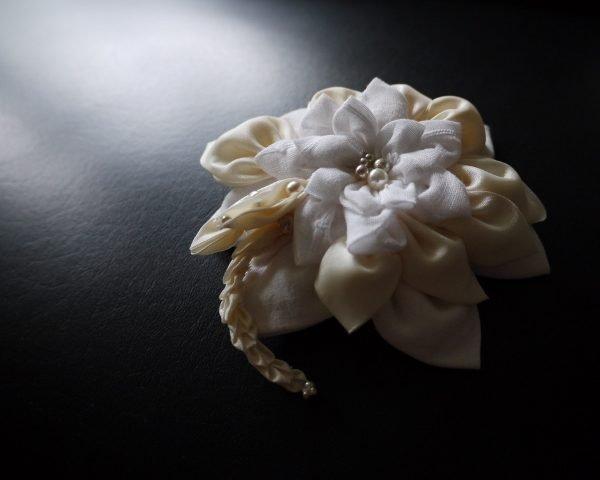 Kanzashi Blume Beige Haarkamm