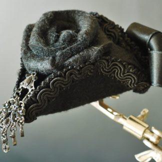 Ein Mini-Dreispitz mit einem Ohrring als Hutschmuck