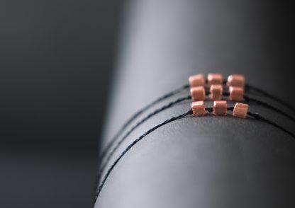 Ambänder in schwarz mit roségoldfarbigen Steinen