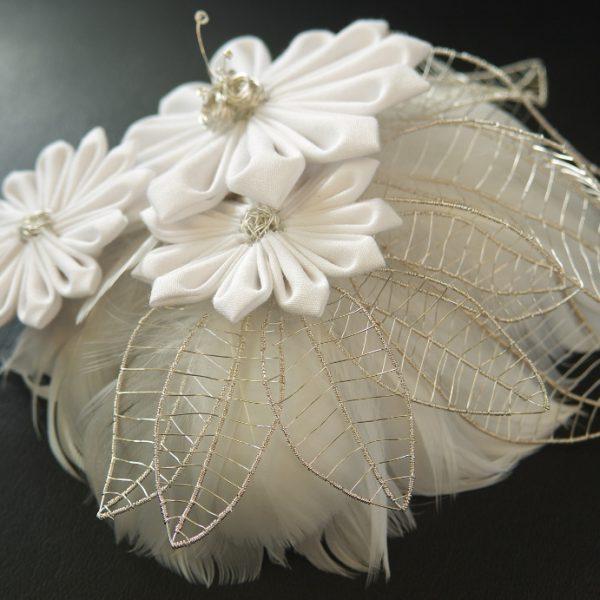 Brauthaarschmuck in Handarbeit bestehend aus Baumwollblüten, Silberdraht und Federn