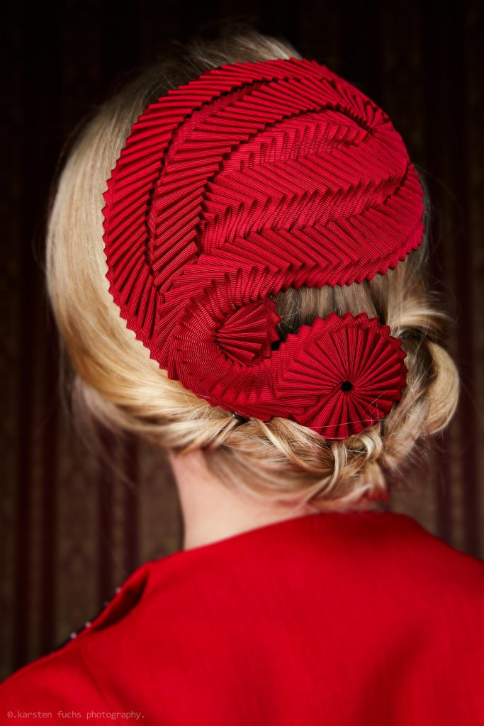 Roter Fascinator Chapeau mit Kokarden