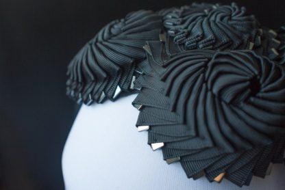 Schwarzer Haarreif mit Kokarden - Detail