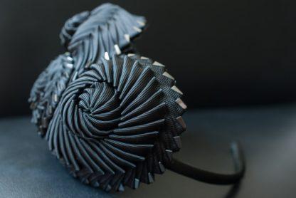 Schwarzer Haarreif mit Kokarden - Seite