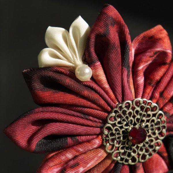 Stoffblüte Metall Strass in rot und weiß am Haarkamm