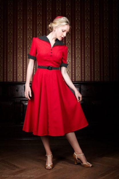 Rotes Vintagekleid und Fascinator