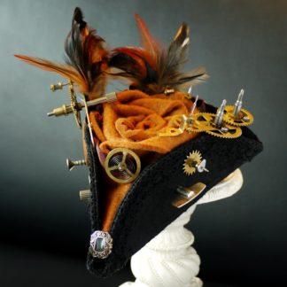 Dreispitz mit Federn und Uhrwerkteilen