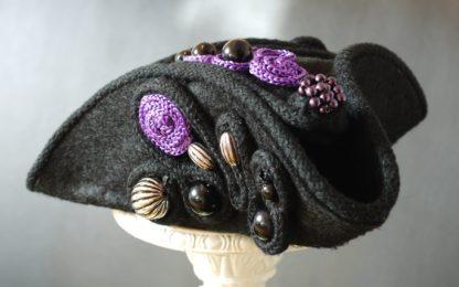 Dreispitz Miniatur mit vielen Perlen und Posamenten