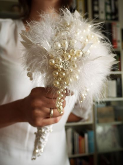 Brautstrauß weiß Federn Perlen