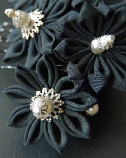 Schwarz matter Stoff und gländen crémefarbige Perlen am Haarkamm