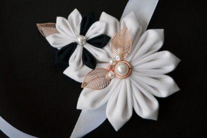 Armband für Trauzeugin japanische Blütenfalttechnik in schwarz-weiß.