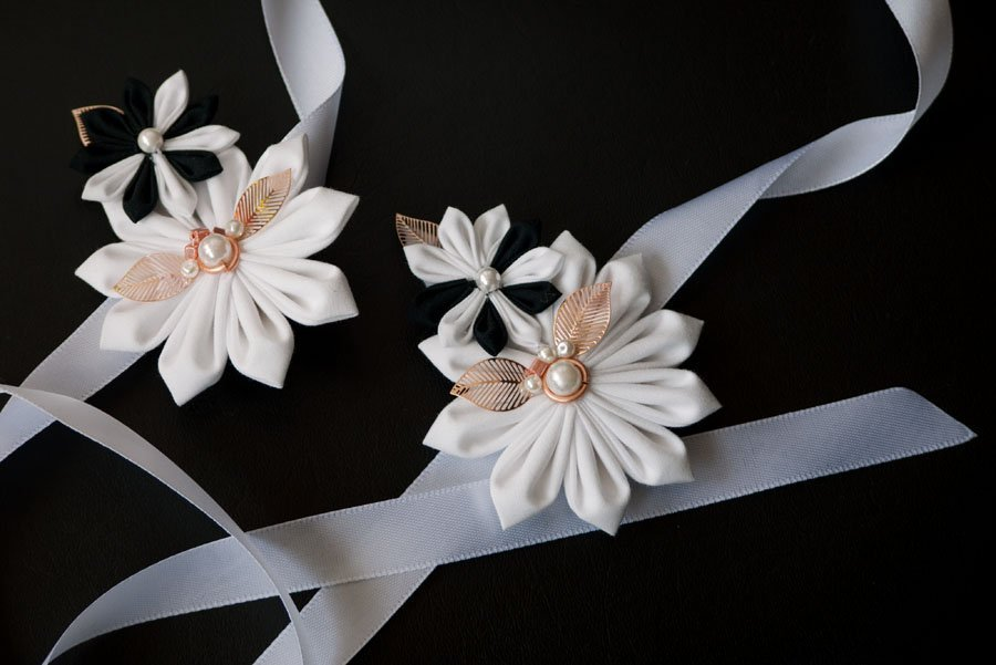 Armbänder für Trauzeugin japanische Blütenfalttechnik in schwarz-weiß.