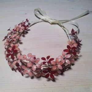 Fertiges Haarband aus Nagellackblüten