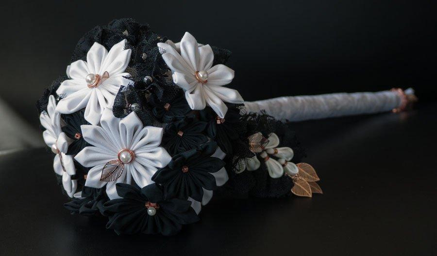 Brautbouquet mit japanischen Textilblumen in schwarz-weiß und kupferfarbenen Details.