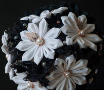 Brautbouquet mit japanischen Textilblumen in schwarz-weiß. Detailaufnahme.