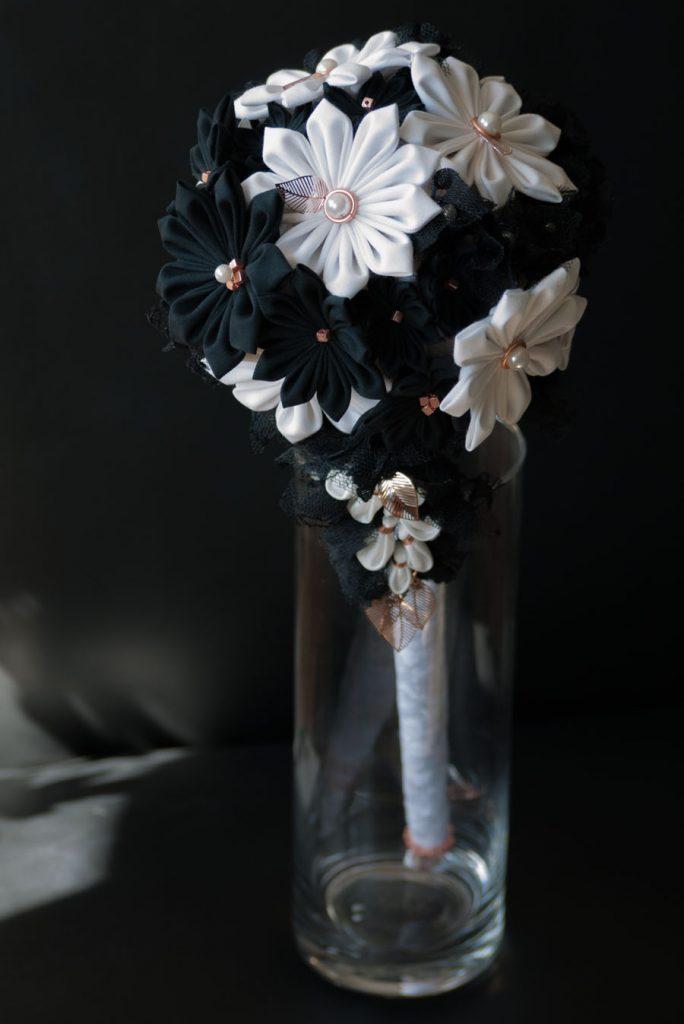 Brautbouquet mit japanischen Textilblumen in schwarz-weiß.