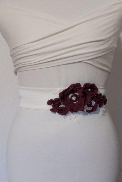 Brautgürtel mit dunkelroten Blumen. Ein Unikat von Faunauge