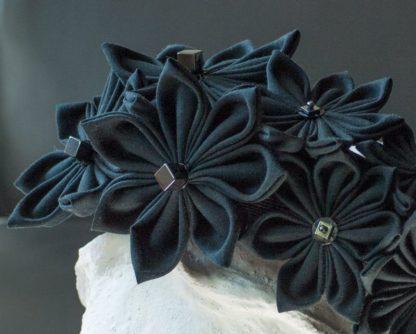 Haarreif mit schwarzen Stoffblüten im Kanzshi-Stil