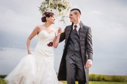 Das Brautpaar im Glück mit Faunauge-Schmuck. Hochzeitsfotografie: Ralph Lobstädt