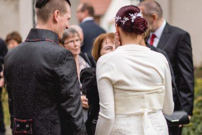 Das Brautpaar mit Faunauge-Schmuck. Auch der Hinterkopf ist eine Augenweide