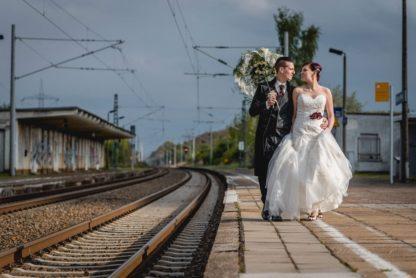 Das Brautpaar mit Faunauge-Schmuck. Hochzeitsfotografie: Ralph Lobstädt