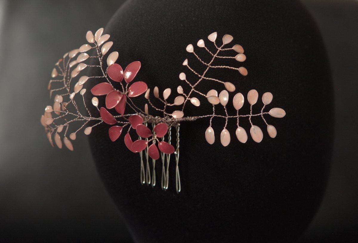 Detail des Haarkamms Florence mit roséfarbenen Lackblumen