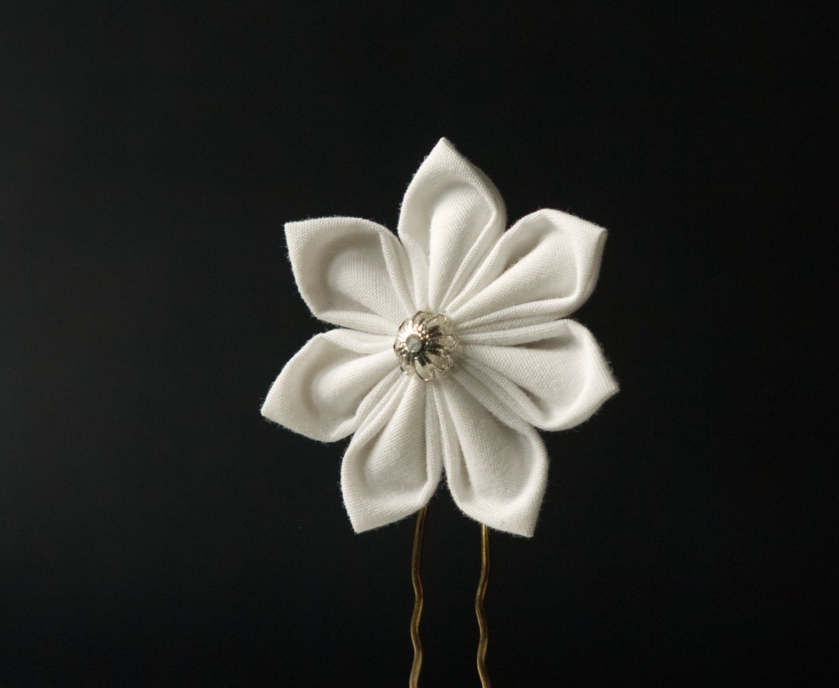 hairpin with white Kanzashi flowers
