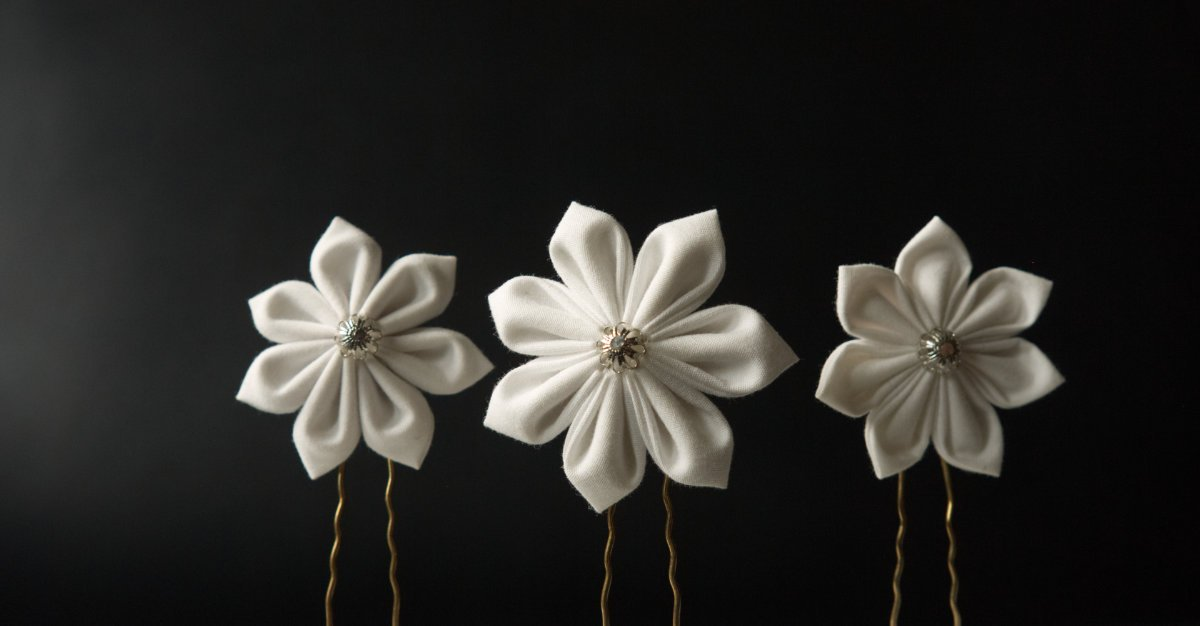 Three-piece set of hairpins with white Kanzashi flowers