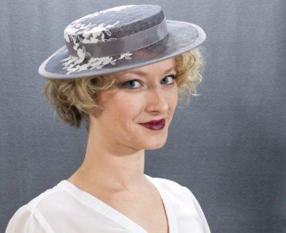 Grauer Boater Hut mit Spitze Frontalansicht