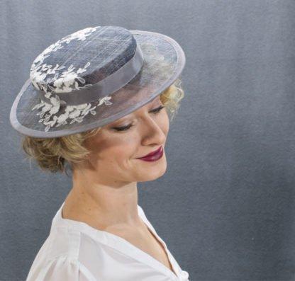 Grauer Boater Hut mit Spitze seitliche Ansicht