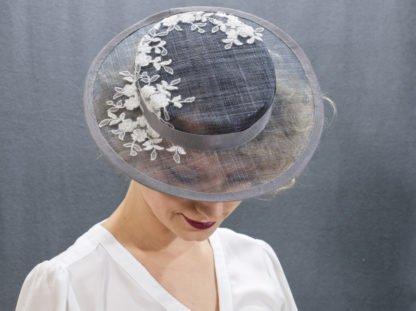 Grauer Boater Hut mit weißer Spitze