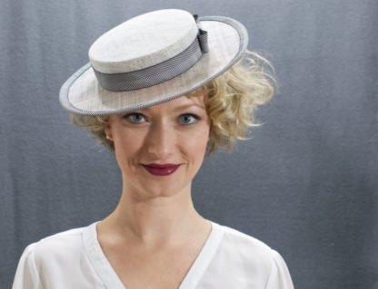 Weißer Boater Hut mit Fischgratmuster