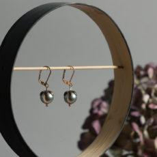 Florale Ohrhänger mit graugrünen Perlen