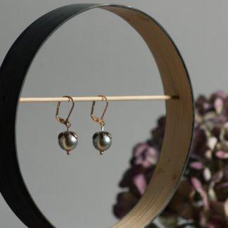 Graugrüne Ohrhänger florale Optik