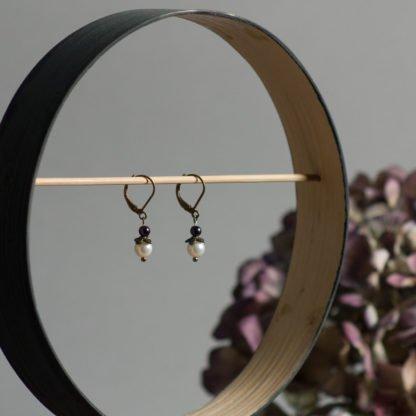 Perlenohrringe klein mit lila Detail