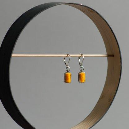 Ohrhänger mit leuchtend gelben Filz