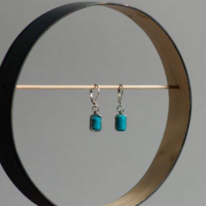 Ohrhänger mit strahlend blauem Filz