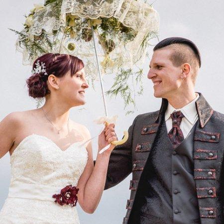 Brautpaar mit Brautgürtel und Brauthaarschmuck von Faunauge