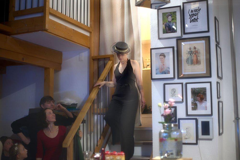 Model in schwarzem Jumpsuit mit Boater zur Eröffnung