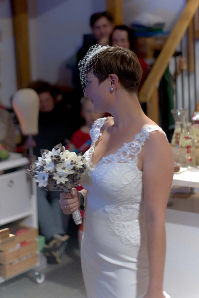 Model mit Brautstrauß
